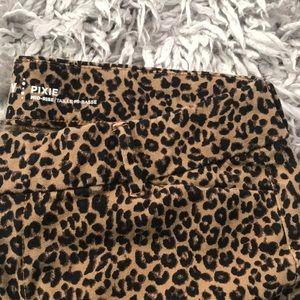 Old Navy pixie pants leopard 🐆 print size 10